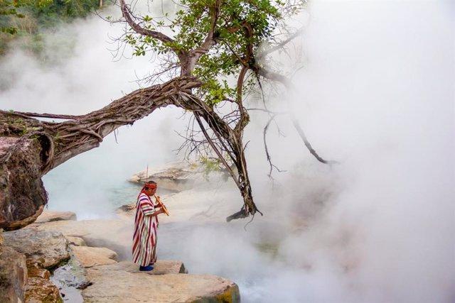 Durante sus 6,4 km de longitud, la temperatura de su afluente puede llegar a alcanzar los 97 grados centígrados: un lugar sagrado para los indígenas de la zona que, además, se encuentra protegida por un chamán