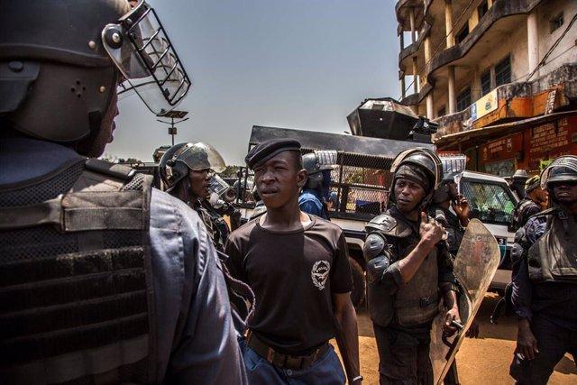 Policía de Guinea durante una protesta antigubernamental en la capital, Conakry