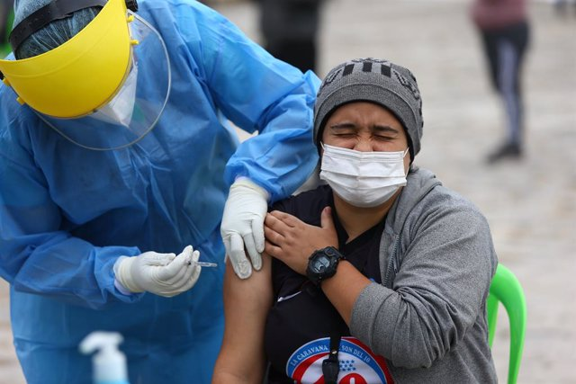 06 October 2020, Peru, Lima: A health worker takes a blood sample from a man for coronavirus (COVID-19). Photo: -/GDA via ZUMA Wire/dpa