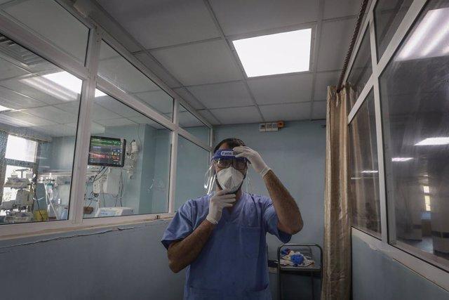 Un trabajador sanitario palestino en la Franja de Gaza durante la pandemia de coronavirus