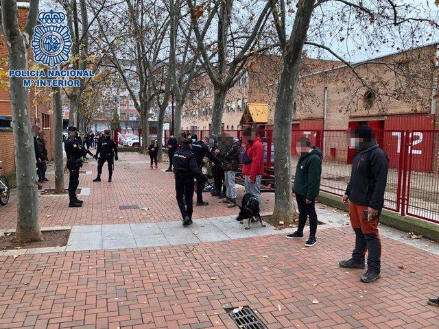 Policía realiza un cacheo a jóvenes junto a un instituto en Logroño