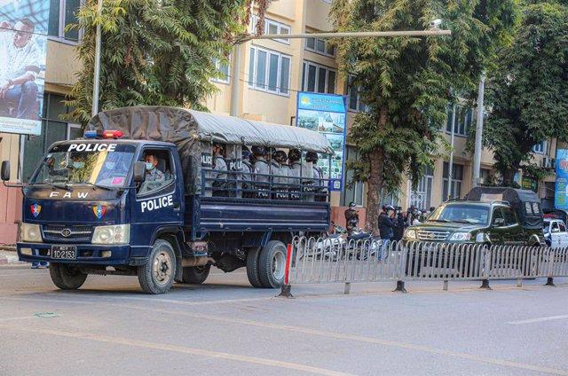 Un camión policial con soldados durante el golpe de Estado en Birmania