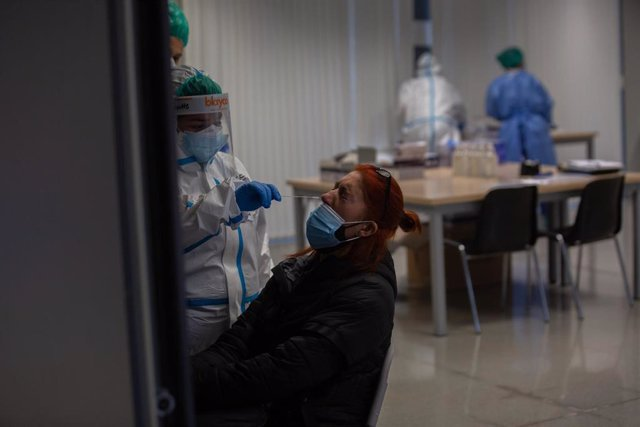 Una mujer recibe una prueba PCR (Archivo)
