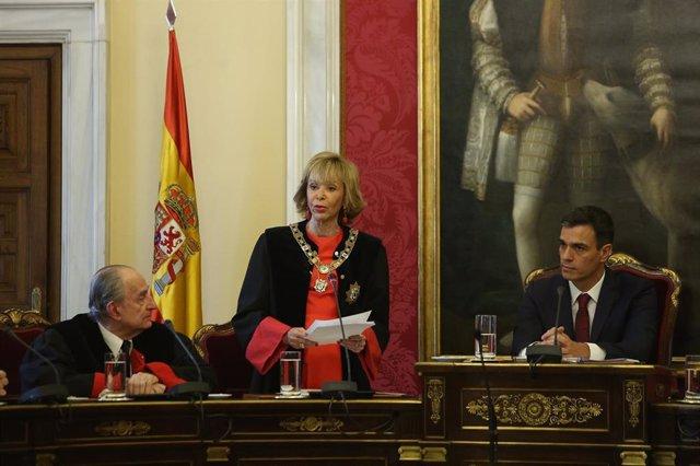 La presidenta del Consejo de Estado, María Teresa Fernández de la Vega, en su toma de posesión junto al jefe del Ejecutivo, Pedro Sánchez, en julio de 2018