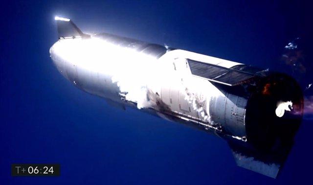 El cohete Starship SN9 momentos antes de estrellarse al retorno de un vuelo que alcanzó los 10.000 metros