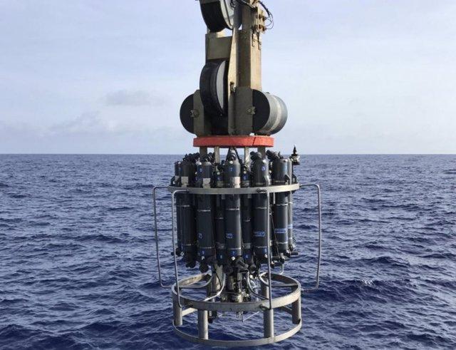 Los investigadores recuperan muestras de agua del mar de los Sargazos.