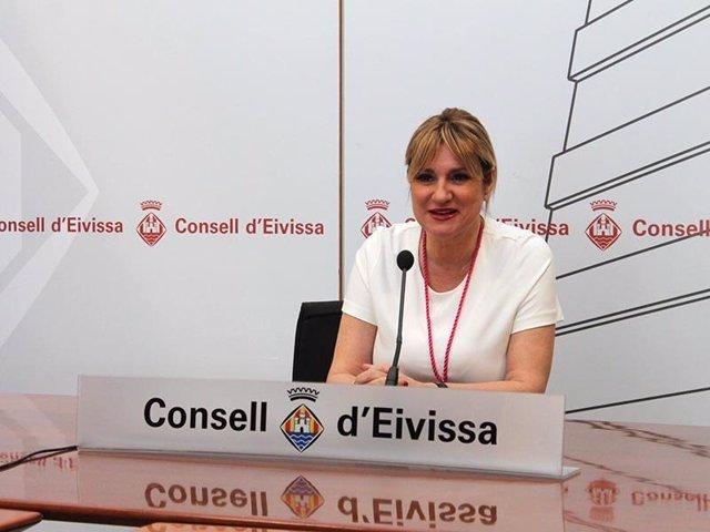 La exvicepresidenta segunda y exconsellera de Interior, Industria, Comercio y Relaciones Institucionales del Consell de Ibiza, Marta Díaz, en una rueda de prensa en enero de 2016.