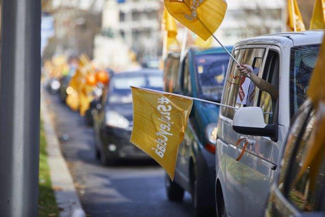Varios coches circulan durante una manifestación contra la reforma educativa conocida como Ley Celaá, en Madrid (España), a 20 de diciembre de 2020. La plataforma Más Plurales, ha convocado para este domingo una nueva concentración de vehículos por todas