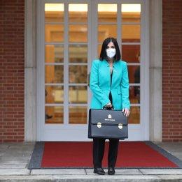 La ministra de Sanidad, Carolina Darias, posa con su cartera a la entrada del edificio del Consejo de Ministros en el Complejo de Moncloa, en Madrid (España), a 2 de febrero de 2021.  Darias acude hoy a su primer Consejo de Ministros tras su nombramiento