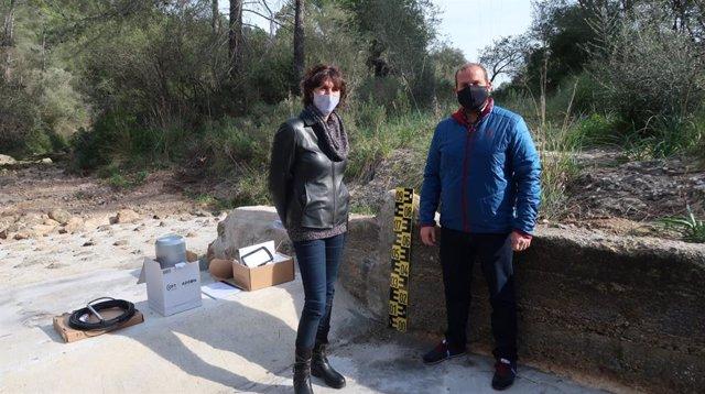 El conseller de Medio Ambiente y Territorio, Miquel Mir, y la directora general de Recursos Hídricos, Joana Garau