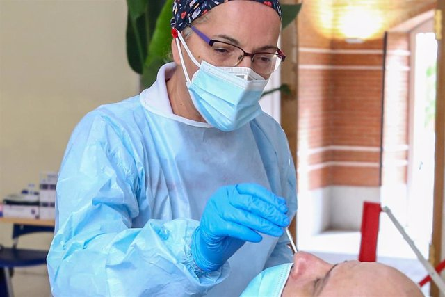 Una sanitaria realiza un test de antígenos a un hombre.