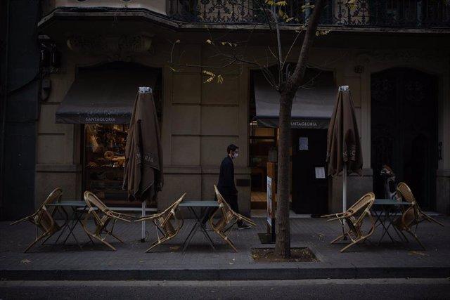 Sillas vacías en una terraza de Barcelona (Archivo)