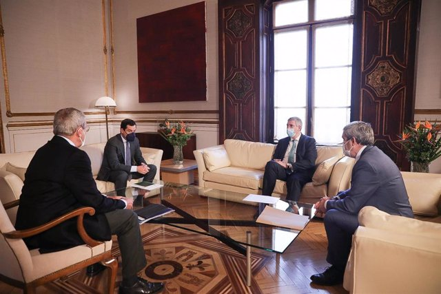 El presidente de la Junta, Juanma Moreno, durante el encuentro que ha mantenido este miércoles con el presidente de Renault España, José Vicente de los Mozos.