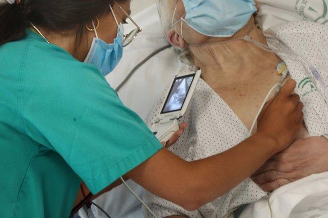 Un profesional en Urgencias del Hospital Reina Sofía atendiendo a un paciente.