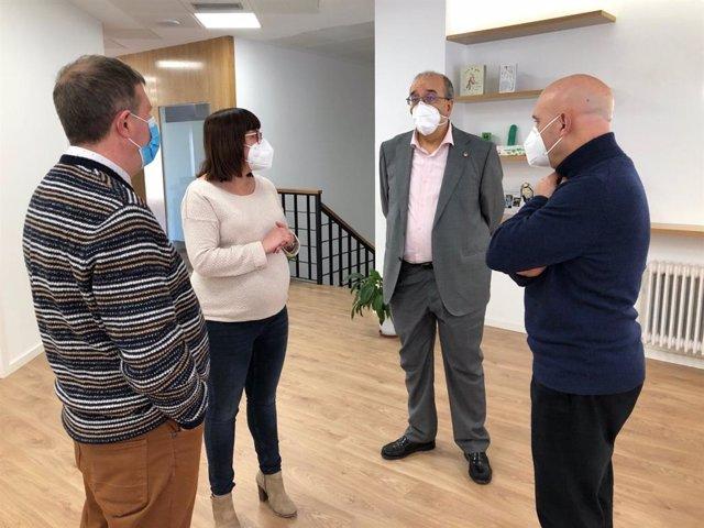Manuel Rando visita la nueva sede de la Asociación contra el Cáncer en Teruel