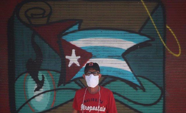 Un hombre con una mascarilla en La Habana.