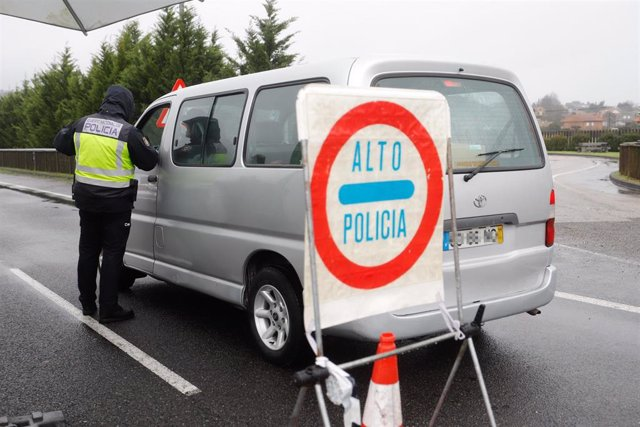 Un agente de la Policía Nacional con un vehículo en un control en la frontera del Puente Internacional Tui-Valença, en Pontevedra, Galicia, a 31 de enero de 2021.
