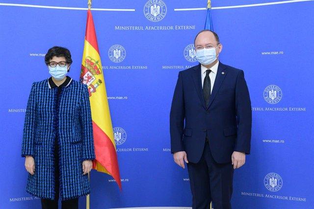 La ministra de Asuntos Exteriores, UE y Cooperación, Arancha González Laya, junto a su homólogo rumano, Bogdan Aurescu, durante su visita a Bucarest