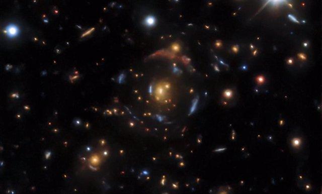 Un ejemplo de lente gravitacional