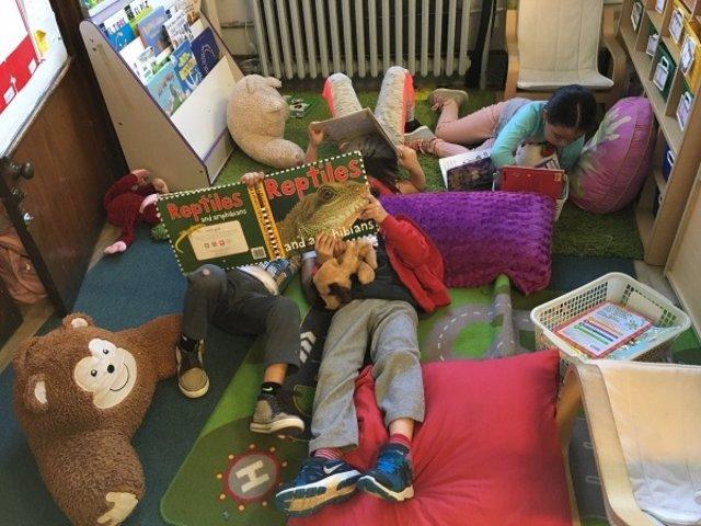 Un grupo de niños leyendo