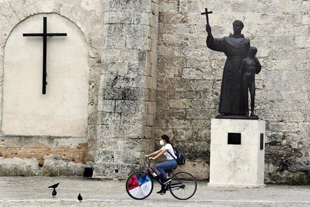 Una ciclista con mascarilla en La Habana