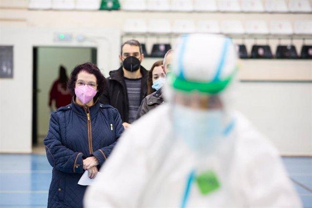 Cribado masivo de test de antígenos habilitado en el pabellón deportivo Juancho Pérez, en el Centro de Salud San Fernando, en Badajoz.