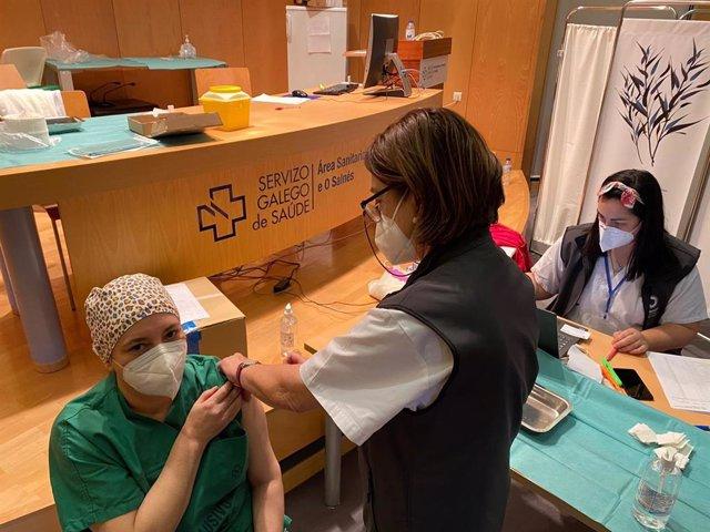 El Sergas inicia la administración de la segunda dosis de la vacuna a profesionales sanitarios