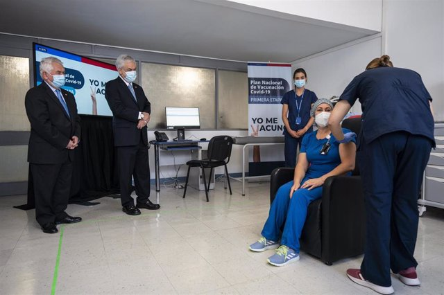 El ministro de Salud de Chile, Enrique Paris, y el presidente del país, Sebastián Piñera, asisten a las primeras vacunaciones contra la COVID-19