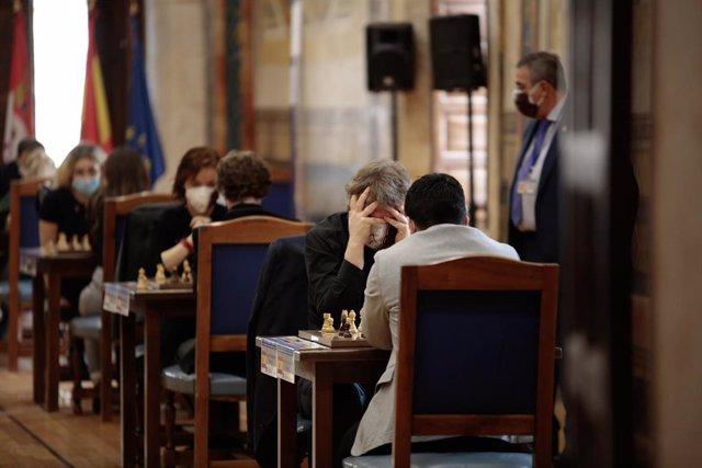 Alexei Zhirov (i) y Eduardo Ituzirraga (d) compiten en las rondas 1 y 2 del Torneo Magistral de Ajedrez, dentro de la Tercera Edición del Festival de Ajedrez de Salamanca, en Salamanca, Castilla y León (España), a 3 de febrero de 2021.