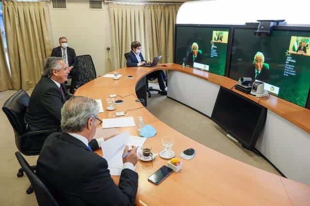 El presidente de Argentina, Alberto Fernández, en una conferencia telemática con el primer ministro de Portugal, Antonio Costa