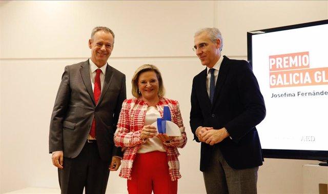 Josefina Fernández, CEO de DomusVi, recibe el premio Galicia Global 2019 de manos de Francisco Conde, conselleiro de Economía de la Xunta de Galicia (derecha), y Manuel Fernández Pellicer, presidente de AED Galicia, el 19 de diciembre de 2019