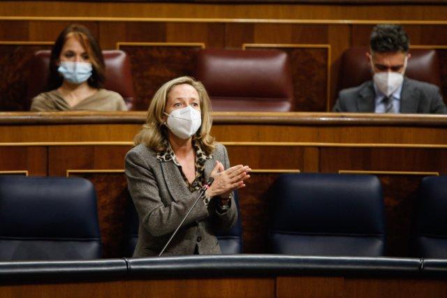 La vicepresidenta de Asuntos Económicos, Nadia Calviño, responde en una sesión de control al Gobierno en el Congreso