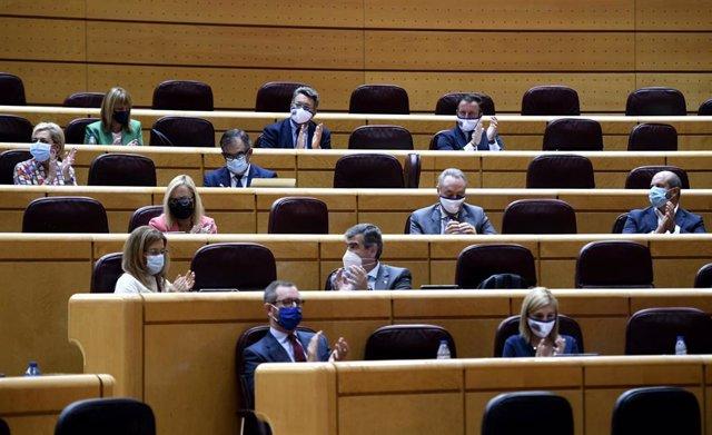 La bancada de los senadores del PP aplaude durante un pleno en la Cámara Baja, en Madrid (España), a 9 de septiembre de 2020.