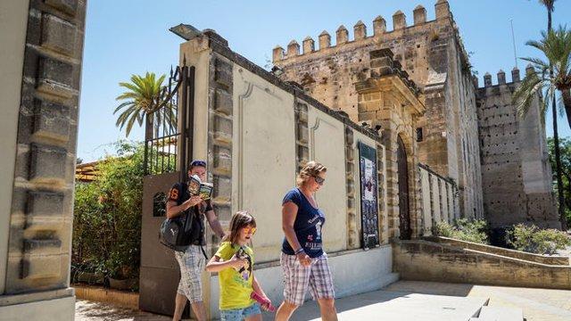 Turistas en el alcázar de Jerez