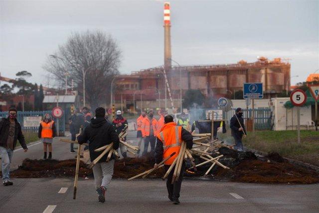 Trabajadores de Alcoa San Cibrao celebran la anulación del TSXG del ERE de la empresa trabajadores de la planta de aluminio de Alcoa San Cibrao