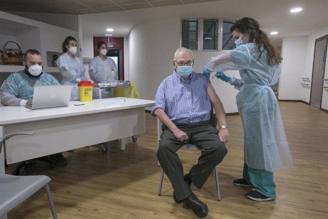 Domingo Guzmán Nuevo de Tuya, usuario de la residencia,   recibe la segunda dosis de la vacuna Pfizer-BioNTech contra el coronavirus en el Centro Polivalente de Recursos Residencia Mixta de Gijón