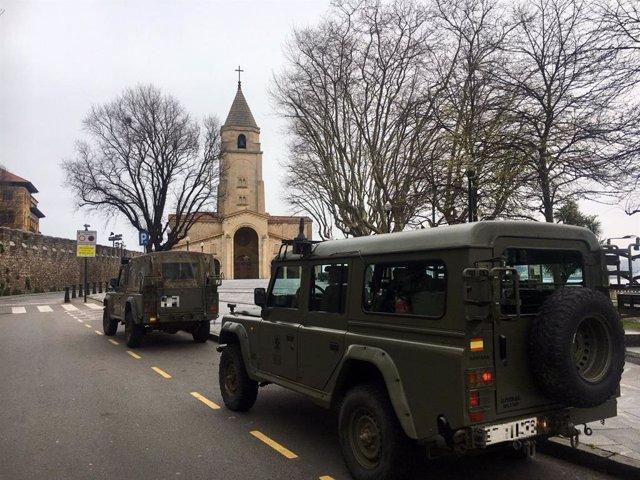 Dos vehículos del Ejército frente a la iglesia de San Pedro, en Gijón, durante el estado de alarma. (Archivo)