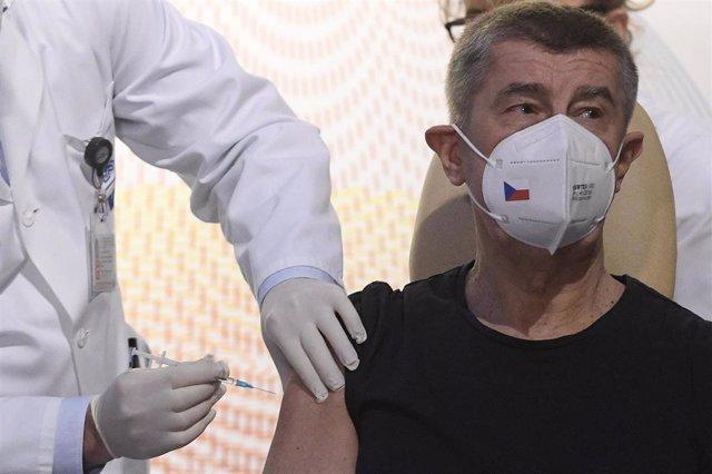 El primer ministro de República Checa, Andrej Babis, recibiendo la primera dosis de la vacuna contra la COVID-19.