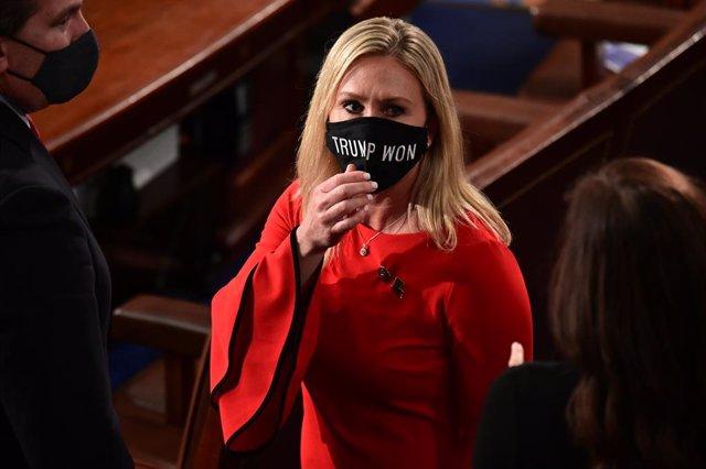 La congresista republicana por Georgia, Marjorie Greene, con una mascarilla de apoyo a las teorías infundadas de fraude electoral.