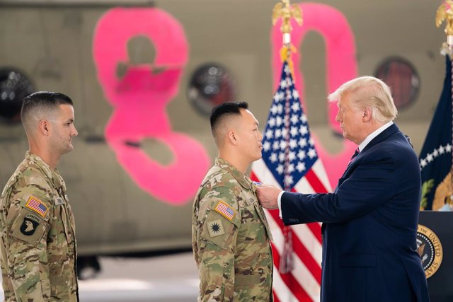 El presidente de Estados Unidos, Donald Trump, condecora a unos soldados en una base militar de California.