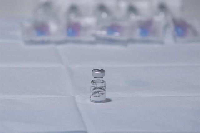La segunda dosis que el equipo de vacunación del área sanitaria V prepara de la vacuna Pfizer-BioNTech contra el coronavirus en el Centro Polivalente de Recursos Residencia Mixta de Gijón, el mismo en el que se inició la vacunación en Asturias, en Gijón,