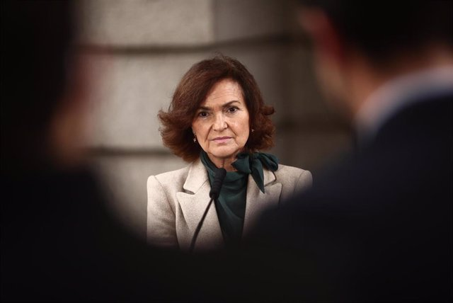 La vicepresidenta primera del Gobierno, Carmen Calvo, responde a los medios en una rueda de prensa convocada en las inmediaciones del Congreso de los Diputados, en Madrid, (España), a 28 de enero de 2021. Calvo ha utilizado su intervención para agradecer