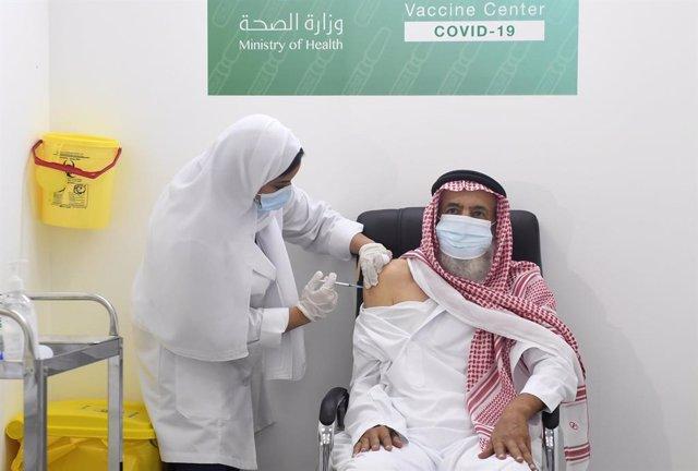 Un hombre es vacunado en Arabia Saudí.