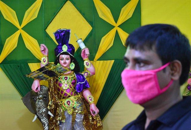 Un hombre con mascarilla en India durante la pandemia de coronavirus