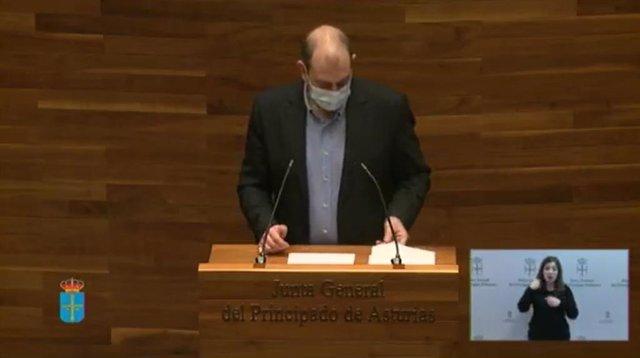 El diputado del Grupo Parlamentario Socialista en la Junta General Luis Ramón Fernández, durante su intervención en el pleno monográfico sobre la industria asturiana.