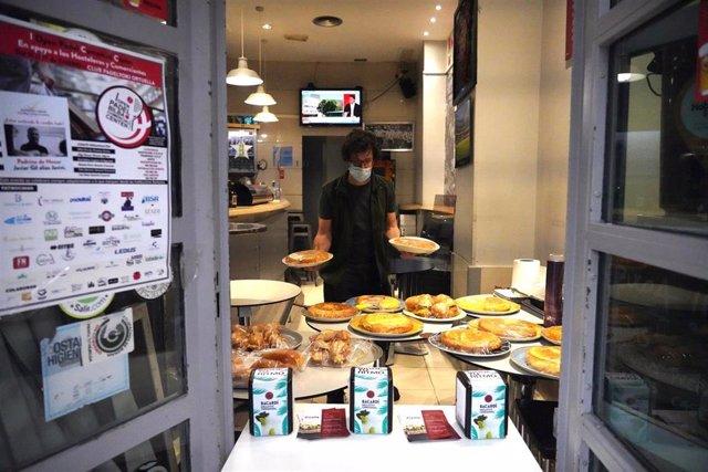 Un establecimiento de hostelería de Bilbao prepara comida para llevar ante el nuevo cierre en la capital vizcaína