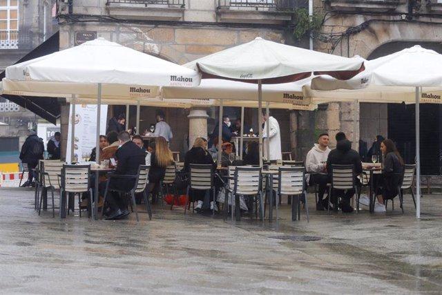 Varias personas en la terraza de un bar (Archivo)