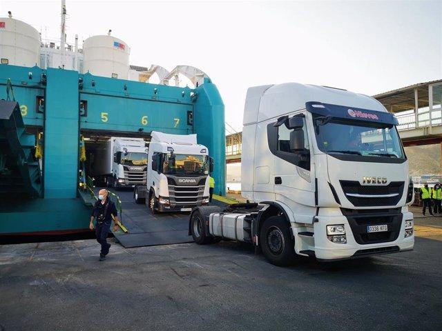 Descarga de camiones en el Puerto de Almería