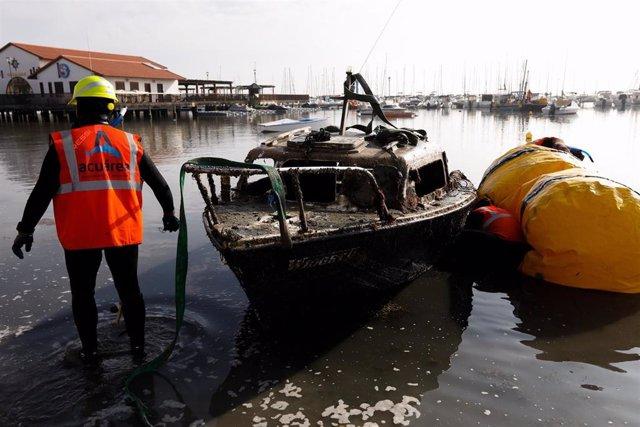La directora general del Mar Menor, Miriam Pérez, ha visitado las labores de retirada de barcos abandonados, varados, hundidos o semihundidos en el club náutico mar menor en Los Alcázares