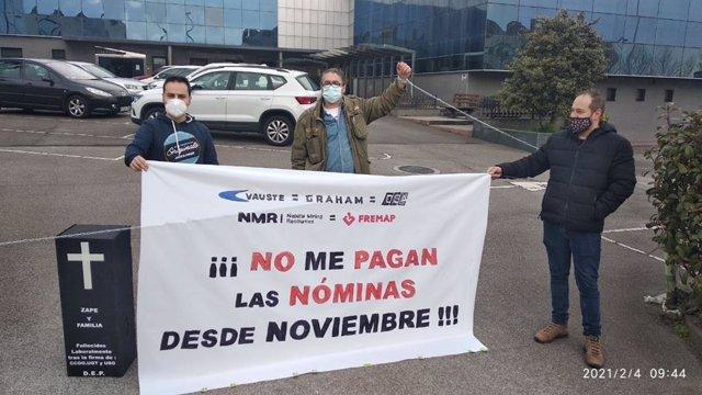 Fernando Álvarez, trabajador de Graham Corporate, antigua Vauste, encadenado a las puertas de la fábrica gijonesa para reclamar retribuciones adeudadas